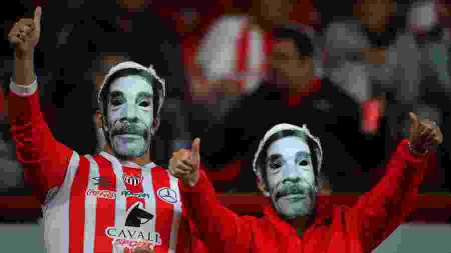 Torcedores do Necaxa vestindo máscaras de Seu Madruga durante jogo do Campeonato Mexicano, em 2019 - Hector Vivas/Getty Images