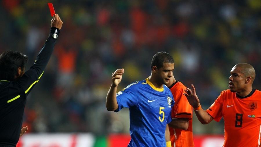 Felipe Melo é expulso da partida entre Brasil e Holanda, pela Copa do Mundo de 2010 - Richard Heathcote/Getty Images