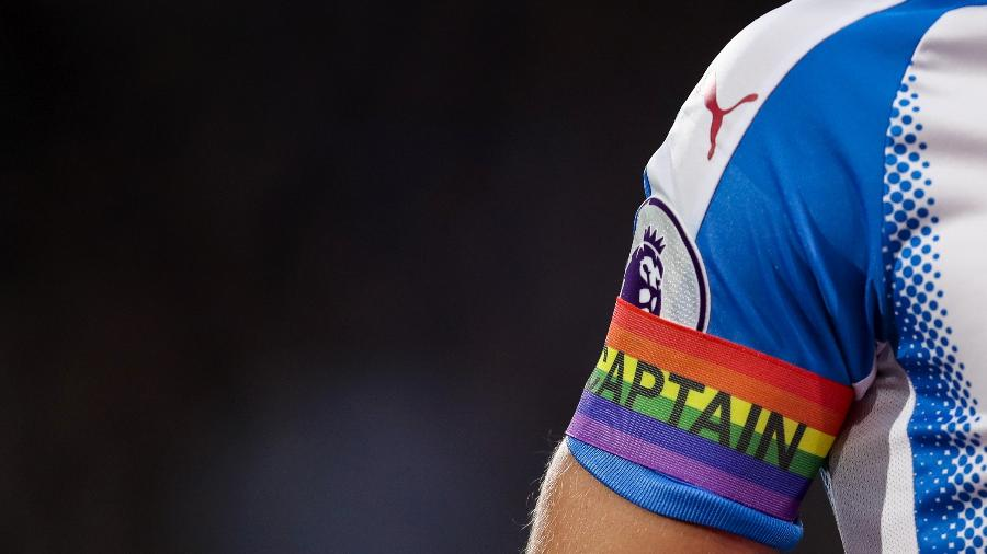 Imagem ilustrativa de jogador da Premier League usando faixa de capitão com as cores da bandeira LGBT - Robbie Jay Barratt - AMA/Getty Images