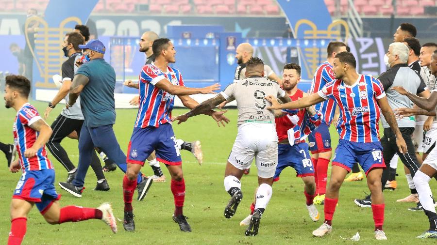 Final da Copa do Nordeste terminou em briga generalizada entre jogadores de Bahia e Ceará - DANIEL GALBER/UAI FOTO/ESTADÃO CONTEÚDO