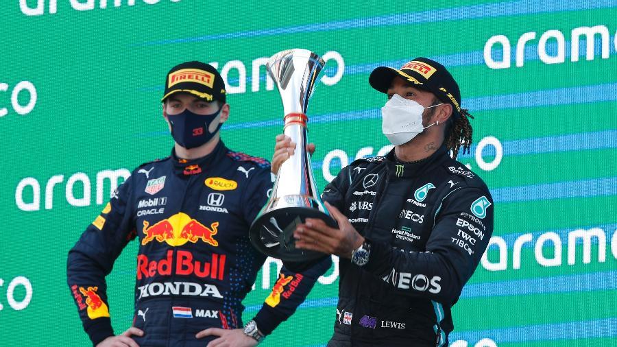 Lewis Hamilton e Max Verstappen no pódio do GP da Espanha de Fórmula 1 em 2021 - REUTERS/Albert Gea