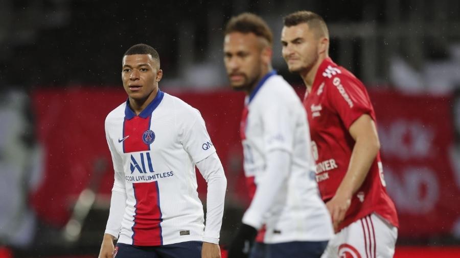 Neymar e Mbappé durante jogo entre Brest e PSG, pelo Campeonato Francês - REUTERS/Benoit Tessier