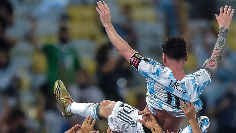 Messi é levantado pelos jogadores da seleção argentina após a conquista da Copa América - Thiago Ribeiro/AGIF
