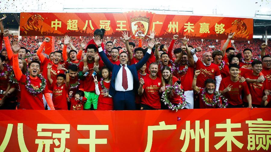 Elenco do Guangzhou Evergrande FC comemora título de 2019, o oitavo da história do clube - VCG via Getty Images