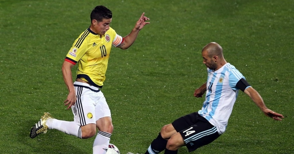 Mascherano divide bola com James Rodríguez durante quartas de final da Copa América