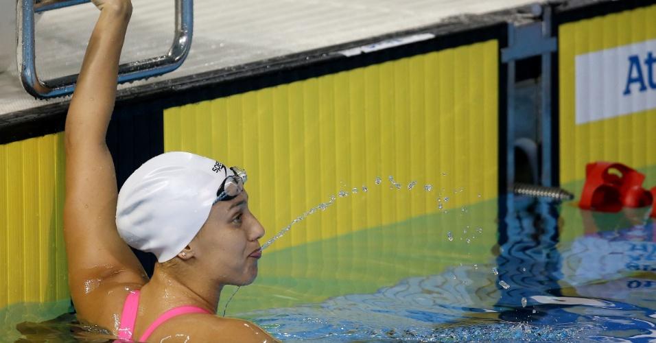 Larissa Martins confere seu resultado na prova dos 200m livres da natação. Brasileira terminou a classificatória na primeira colocação