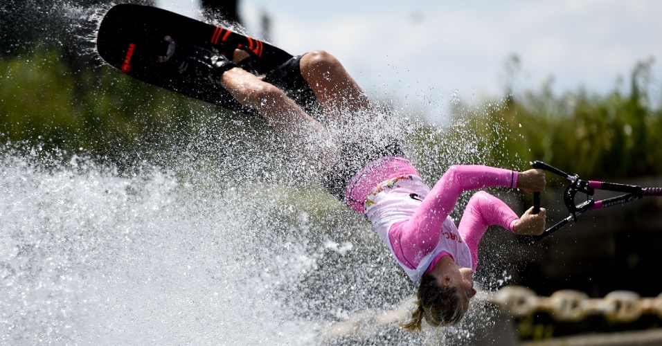 Whitney McClintock, do Canadá, faz acrobacia durante a prova do esqui aquático