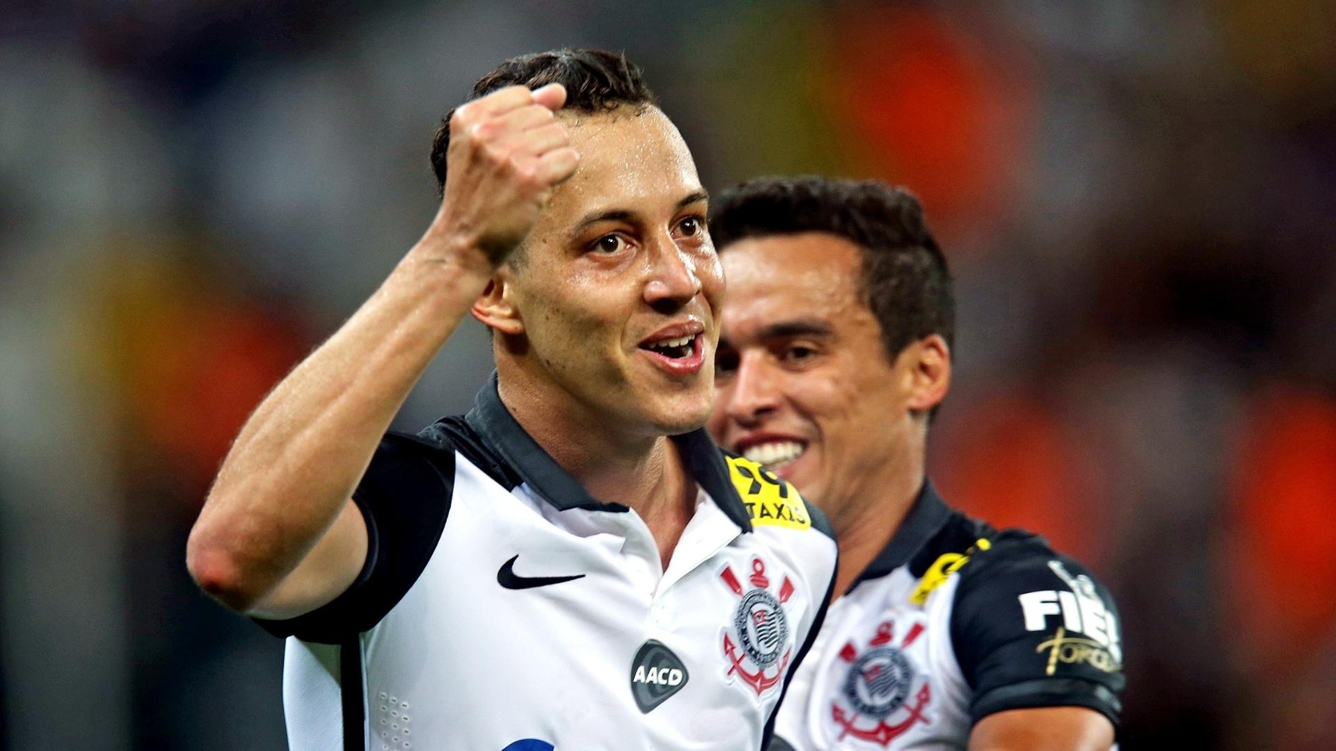 Rodriguinho faz o terceiro gol do Corinthians sobre o Goiás em partida válida pela 30ª rodada do Campeonato Brasileiro