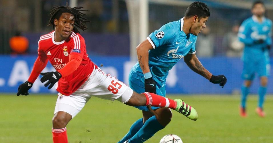 Hulk se livra da marcação de Renato Sanches em Zenit x Benfica