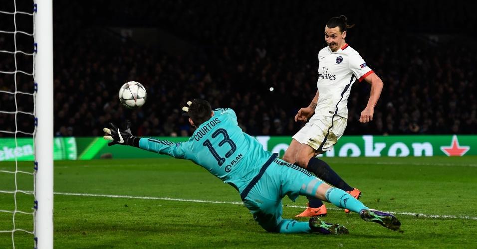 Ibrahimovic finaliza para fazer o segundo gol do PSG contra o Chelsea