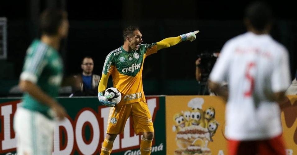 Fernando Prass orienta a equipe do Palmeiras durante a derrota para o Red Bull Brasil
