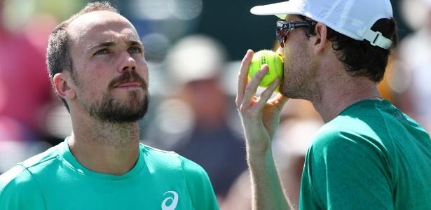 Bruno Soares (à esq.) e Jamie Murray venceram o primeiro set, mas sofreram virada na final do Masters 1000 - JULIAN FINNEY/AFP