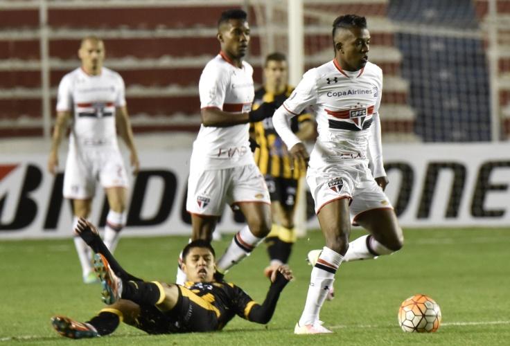 Thiago Mendes rouba a bola e sai jogando para o São Paulo contra o The Strongest, na Libertadores