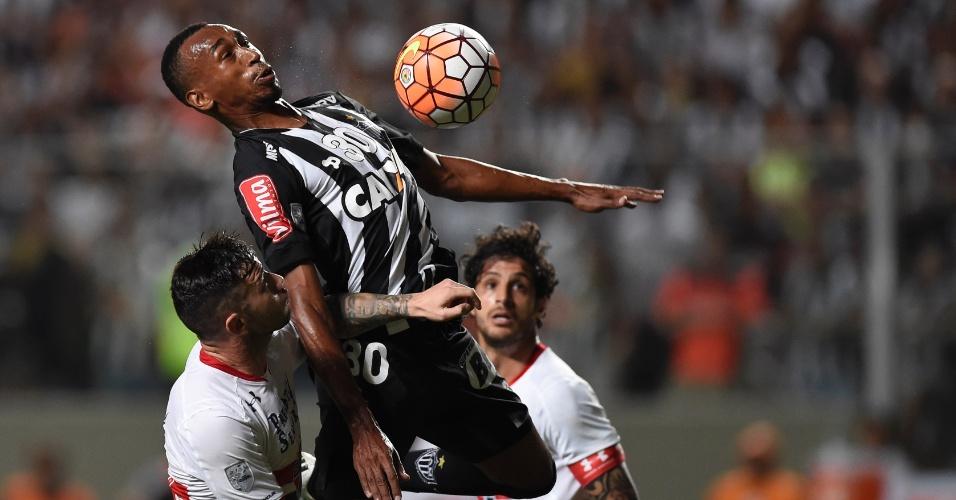 """Eduardo """"voa"""" para disputar a bola com são-paulinos no jogo do Atlético-MG contra o São Paulo, na Libertadores"""