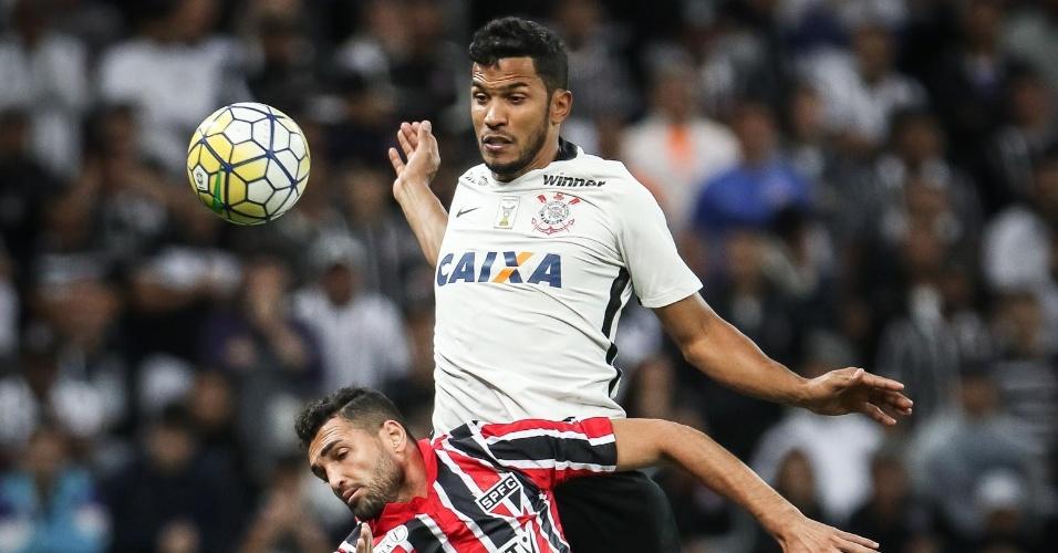 O zagueiro Yago, do Corinthians, disputa bola com Gilberto, do São Paulo