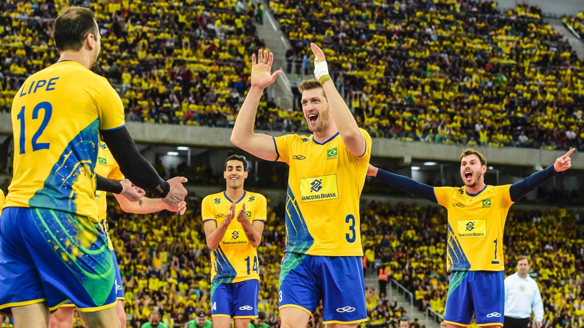 Jogadores da seleção brasileira de vôlei comemoram ponto conquistado contra Portugal