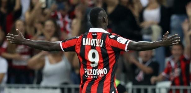 Balotelli comemora um dos seus gols sobre o Olympique de Marselha. Ele também fez dois contra o Monaco