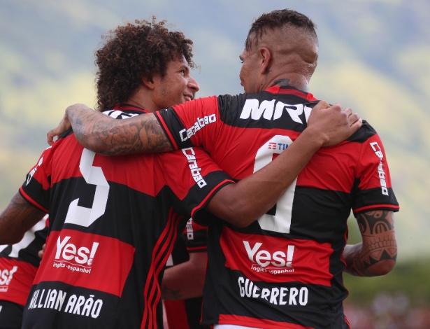 Willian Arão e Guerrero comemoram um dos gol do Flamengo no Campeonato Carioca - Gilvan de Souza / Flamengo