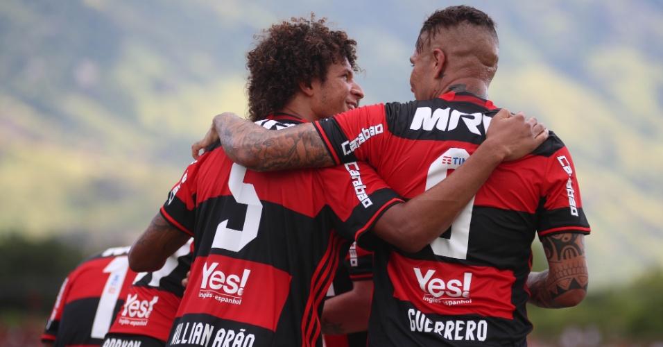 Guerrero comemora gol pelo Flamengo no Campeonato Carioca