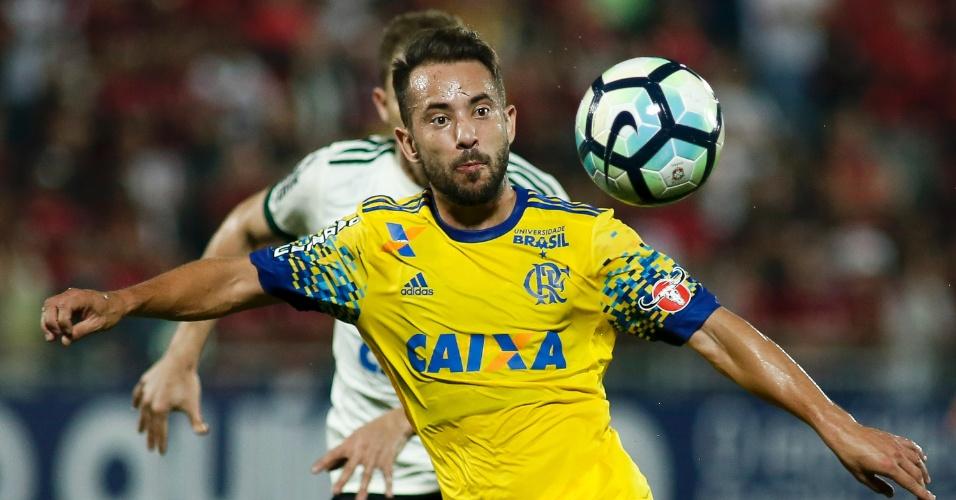Everton Ribeiro ajeita bola durante Flamengo x Coritiba pelo Brasileirão