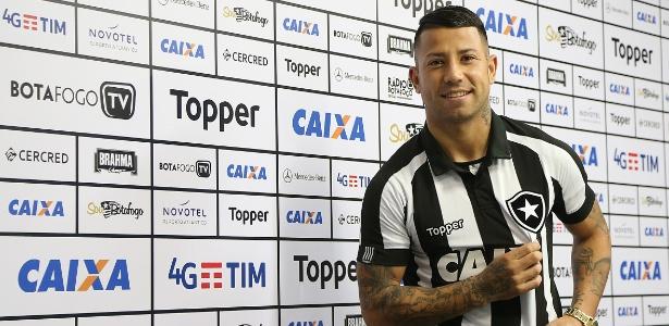Léo Valencia foi apresentado pelo Botafogo nesta quinta-feira