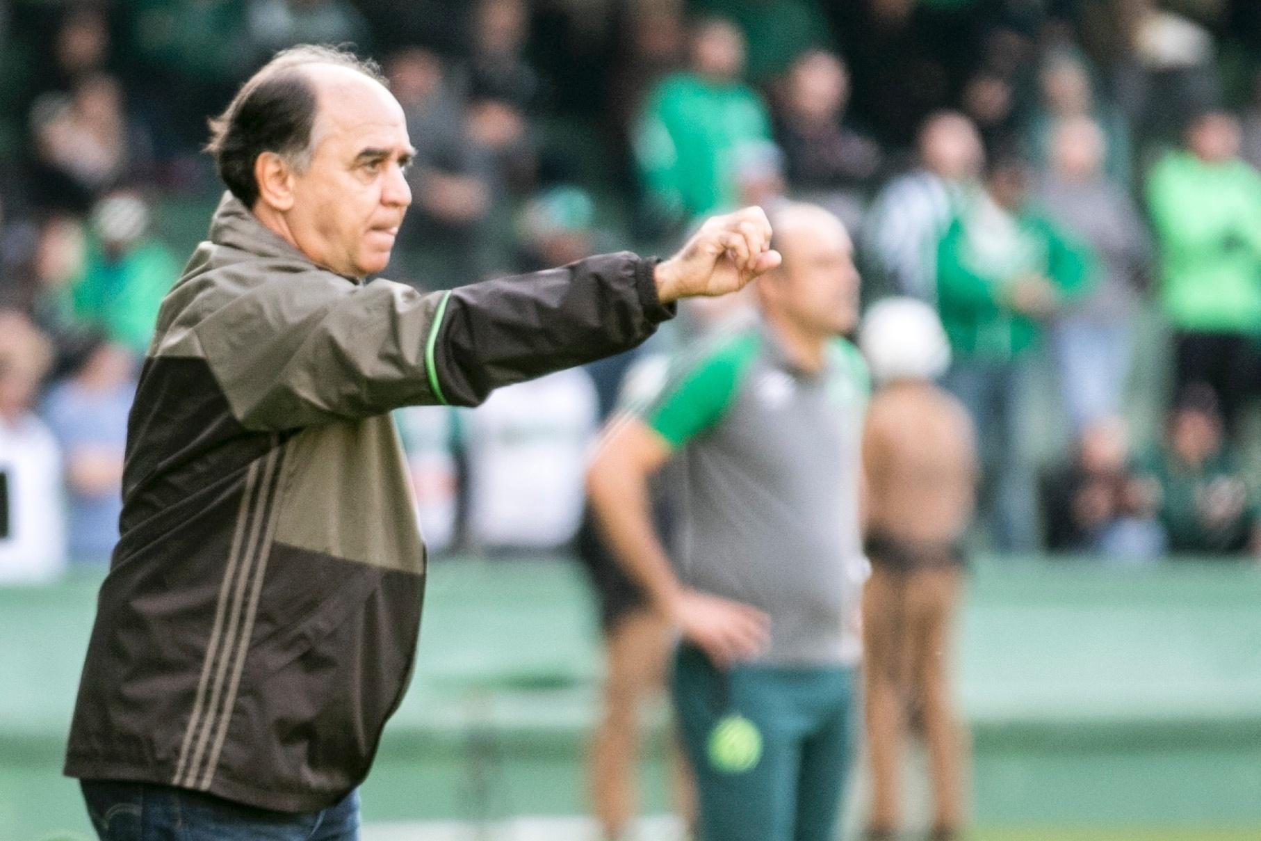 Marcelo Oliveira dá instruções ao Coritiba durante partida com a Chapecoense