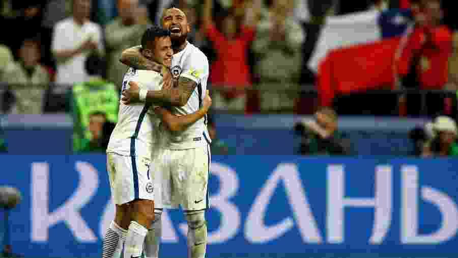 Arturo Vidal e Alexis Sánchez comemoram gol pela Seleção Chilena - Ian Walton/Getty Images