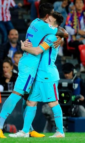 Paulinho abraça Messi após gol contra o Bilbao