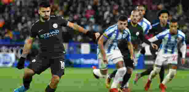 Agüero cobra pênalti para empatar jogo para o City contra o Huddersfield - Oli Scarff/AFP Photo - Oli Scarff/AFP Photo