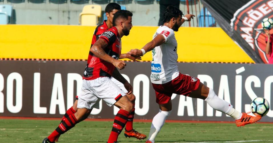 Henrique Dourado dá as costas para a marcação do Atlético-GO