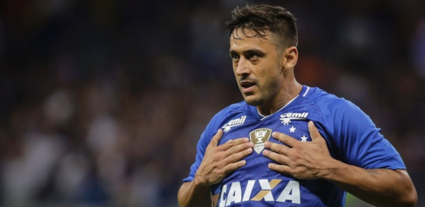 Robinho comemora gol do Cruzeiro sobre o Tupi