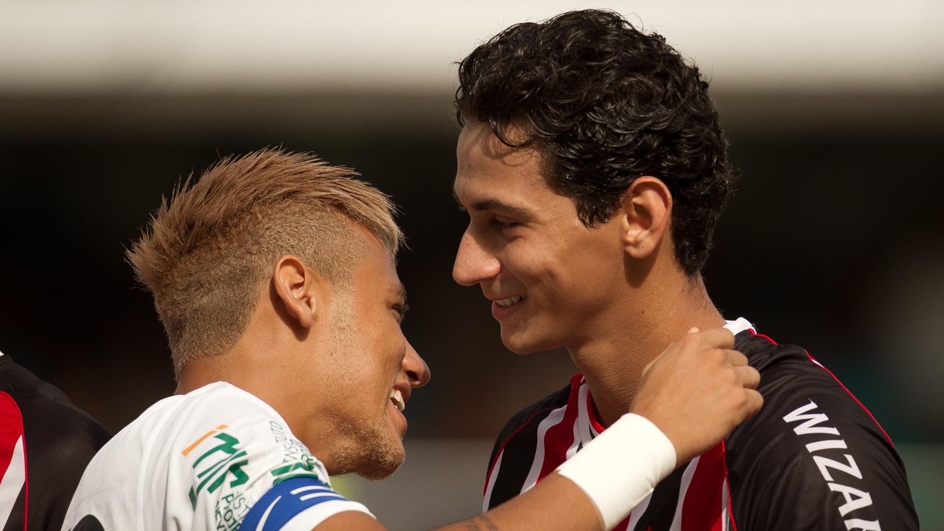 Neymar e Ganso se cumprimentam no primeiro encontro entre os dois, no Paulistão de 2013, depois que o meia trocou o Santos pelo São Paulo