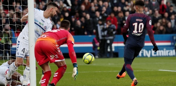 Neymar dá lindo chapéu e deixa marcador no chão antes de marcar pelo PSG - BENOIT TESSIER