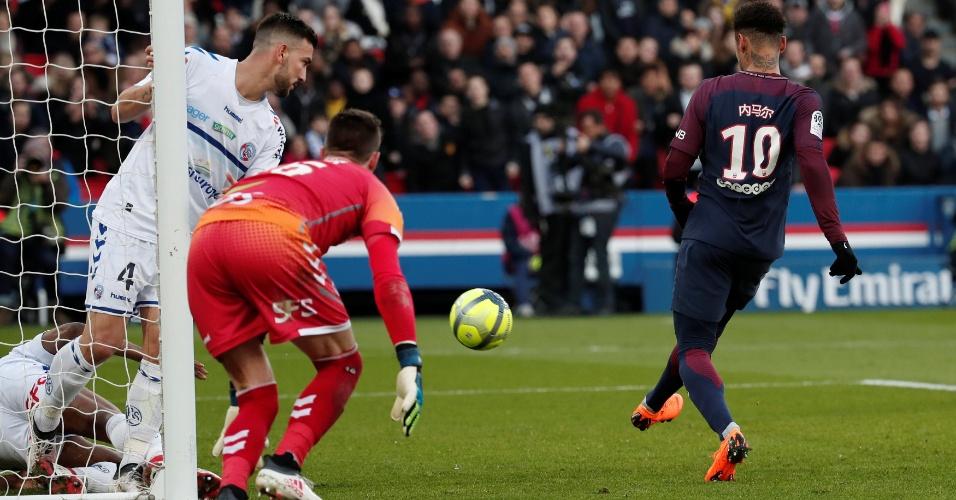 Neymar dá lindo chapéu e deixa marcador no chão antes de marcar pelo PSG