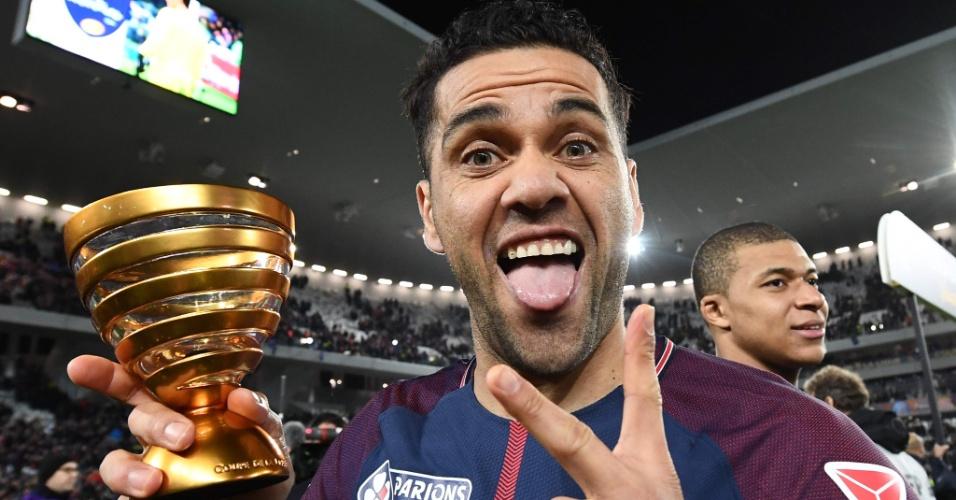 Daniel Alves comemora título no PSG