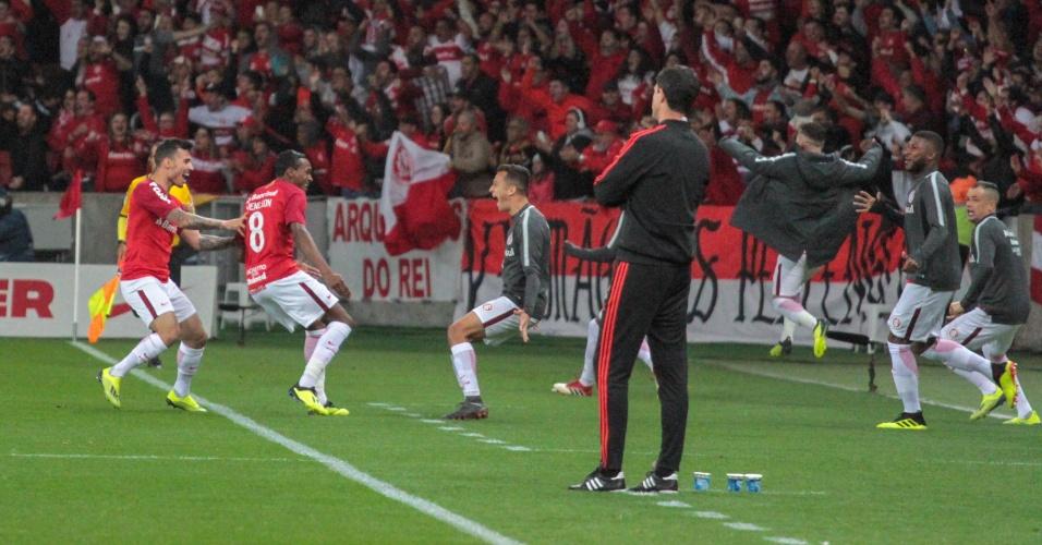 Jogadores do Internacional comemoram gol sob olhares de Barbieri, técnico do Flamengo