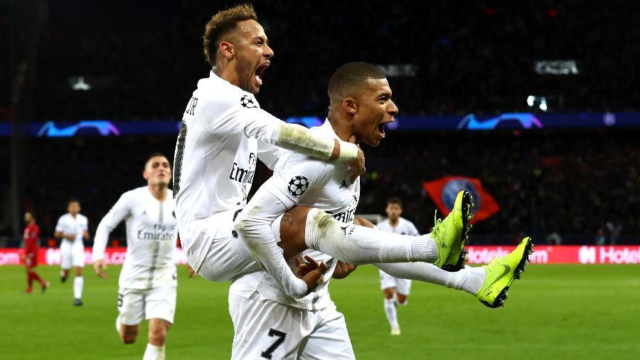 Mbappé carrega Neymar após brasileiro marcar em PSG x Liverpool - Clive Rose/Getty Images