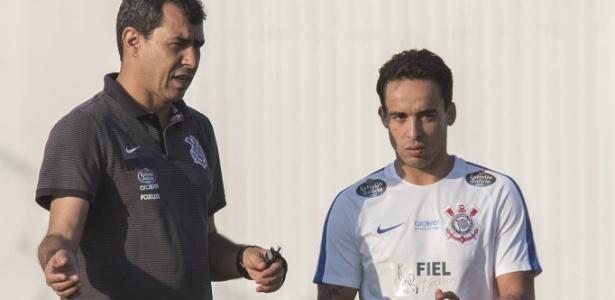Carille conversa com Jadson em treino do Corinthians; meia pode voltar para a ponta - Daniel Augusto Jr/Ag. Corinthians