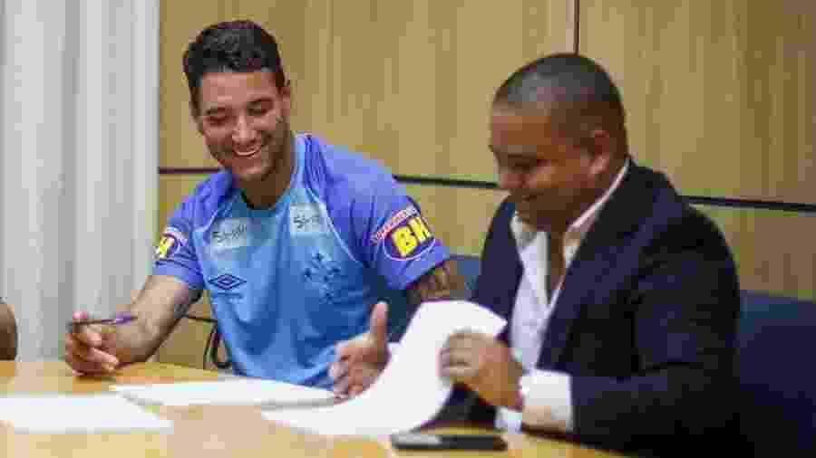 Thiago Neves assinou contrato ao lado do agente Leandro Lima (à direita) no Cruzeiro - Vinnicius Silva/Cruzeiro