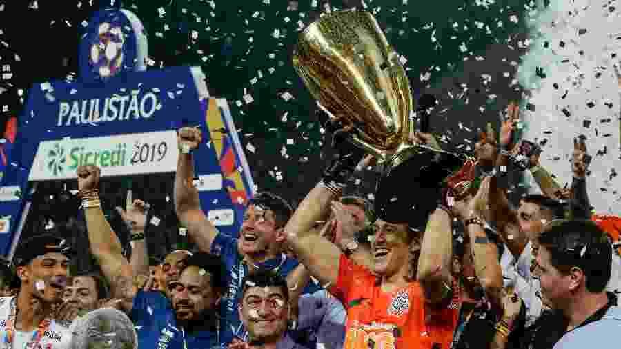 Cássio levanta taça de campeão paulista 2019 pelo Corinthians - Marcello Zambrana/AGIF