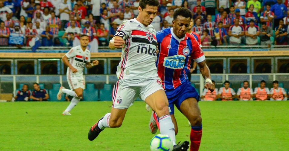 Hernanes conduz a bola acompanhado de perto pela marcação na partida entre Bahia e São Paulo pela Copa do Brasil
