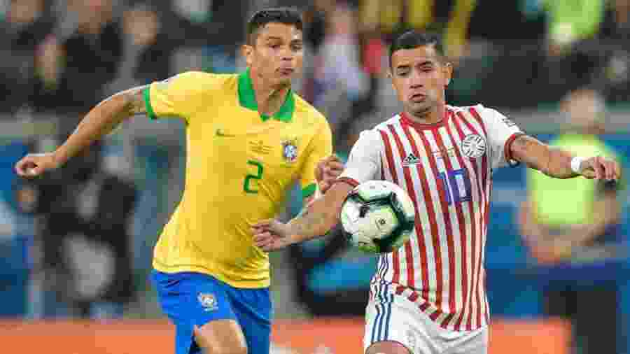 Thiago Silva e Derlis Gonzalez no jogo Brasil x Paraguai pela Copa América -  Raul ARBOLEDA / AFP