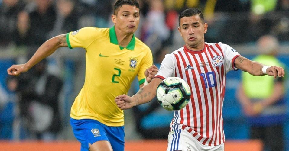 Thiago Silva e Derlis Gonzalez no jogo Brasil x Paraguai pela Copa América