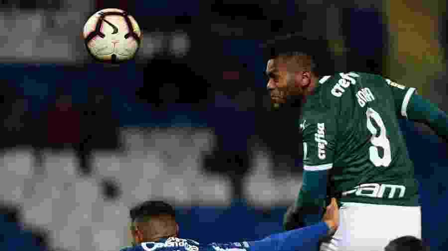 Miguel Borja, do Palmeiras, em lance com o Joaquín Varela do Godoy Cruz, pela Libertadores -  Andres Larrovere / AFP
