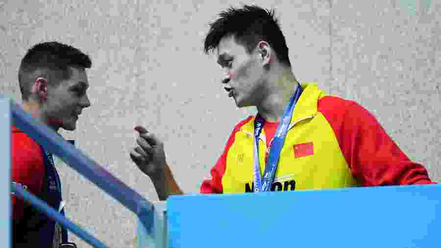 Sun Yang (direita) provoca Duncan Scott após pódio - Quinn Rooney/Getty Images