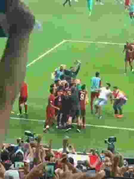 """Torcedor dá """"carrinho"""" em comemoração e machuca goleiro do Liverpool - Reprodução"""