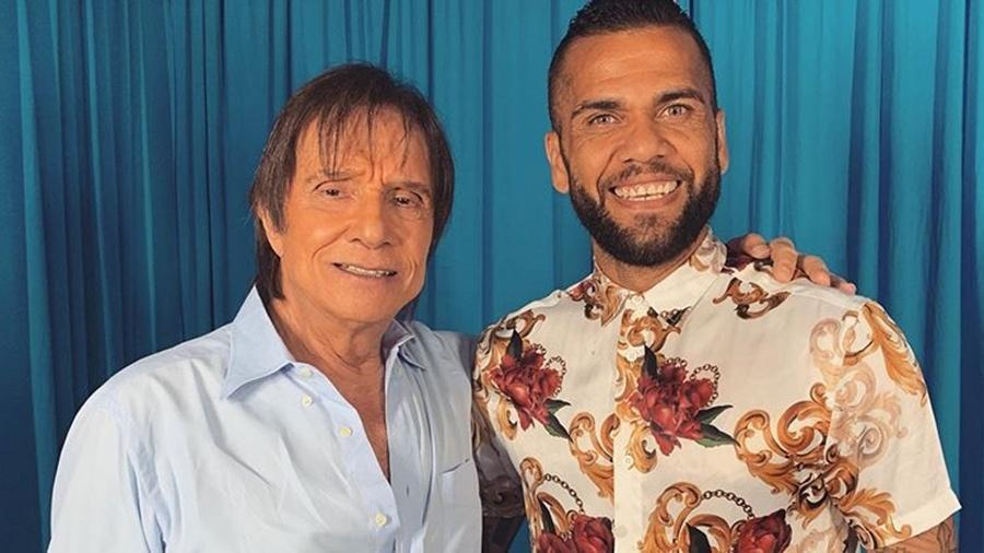 Daniel Alves posa com Roberto Carlos após show em São Paulo