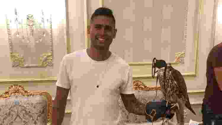 Kayke com um falcão durante jantar na casa do xeque - Divulgação - Divulgação