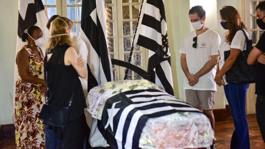 Corpo do jornalista Fernando Vannucci é velado em cerimônia na sede do Botafogo, no Rio - Sá Barretto/Agnews