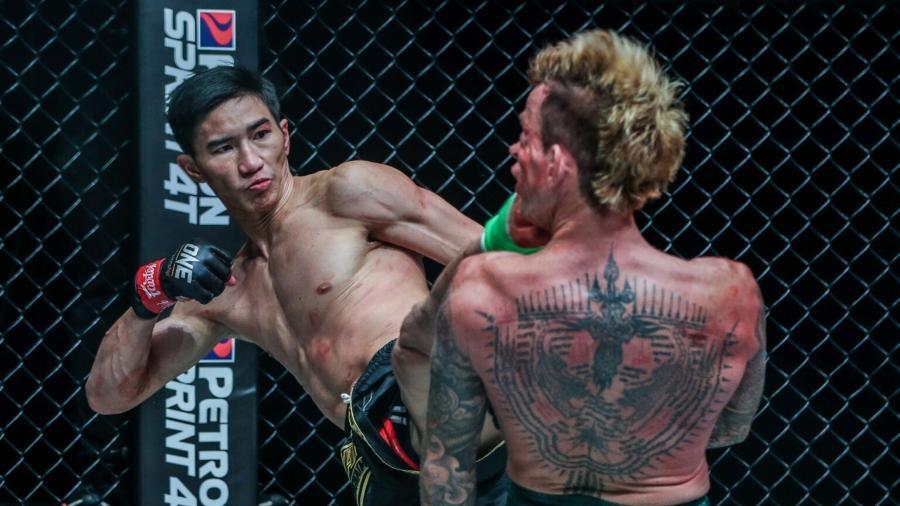 Tawanchai PK.Saenchai Muaythaigym acerta chute em Sean Clancy em luta do One Championship - Divulgação/One